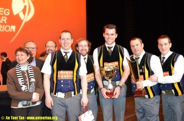Bagad Kemper recoyendo los trofeos de campeones